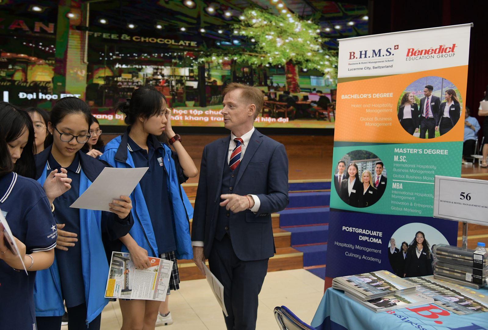 66 trường quốc tế và trong nước tham dự ngày hội hướng nghiệp Nguyễn Siêu