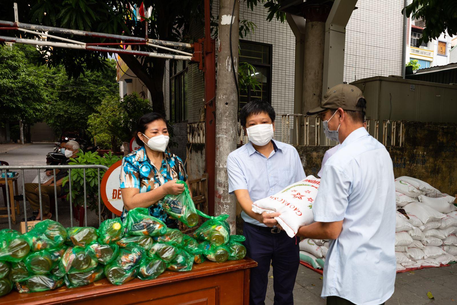 Trường Nguyễn Siêu hỗ trợ 150 suất quà cho gia đình khó khăn tại Phường Yên Hoà