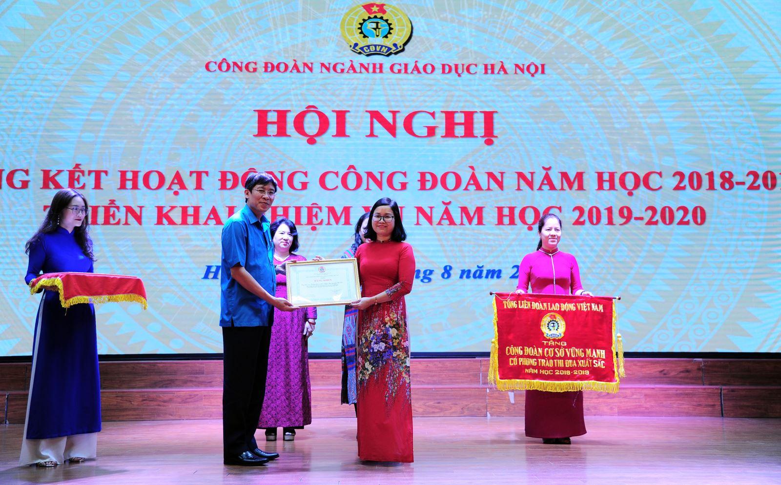 Trường Nguyễn Siêu nhận bằng khen của Công đoàn ngành Giáo dục Hà Nội