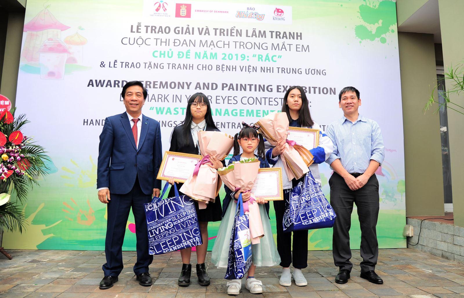"""Phạm Thị Minh Châu đạt giải Nhì vẽ tranh """"Rác"""" của ĐSQ Đan Mạch"""